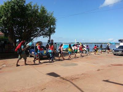 participantes da vivencia realizam ação no porto de Óbidos,  PA